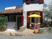 Ainhice Mongelos, charmant village du Pays Basque se situe à 60 km de Biarritz et de la côte basque. Profitez du calme de cet appartement indépendant. Idéalement situé, il vous permettra de découvrir les randonnées, les activités et les villages du Pays Basque.