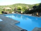 En pleine campagne, cette location mitoyenne de la maison des propriétaires avec piscine privative offre une bonne localisation pour découvrir le Tarn.