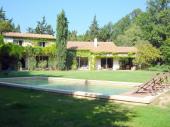 Villa d'architecte en pleine nature avec piscine chauffée dans un parc arboré. Proche Ventoux