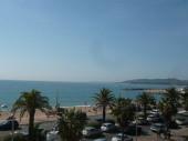 Dans un immeuble face aux plages et à 100 m des commerces, beau 3 pièces avec vue sur mer au 2ème étage.