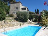 Appartement dans une villa rénovée , piscine privée, calme ; vue sur mer. Possibilité de louer l'ensemble de la villa.