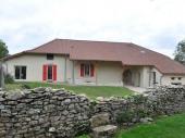 Gite G2019 - Au cœur du Jura, idéalement située à la croisée des chemins de randonnées, dans un joli petit hameau, très calme, maison mitoyenne de type « vigneronne » magnifiquement rénovée.