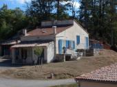 Gite communal mitoyen à un autre gîte, faisant partie d'une maison indépendante située dans un petit village campagnard au cœur du Parc Naturel du Verdon.