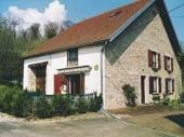Gîte indépendant sur deux niveaux dans une maison ancienne restaurée, dans un Faubourg à proximité de Langres et ses remparts, ses 4 Lacs, vue sur Langres. Le propriétaire habite à proximité du gîte.