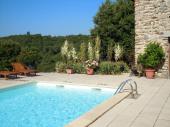 Domaine Rouretord écologique territoire l'énergie positive piscine en face des montagne