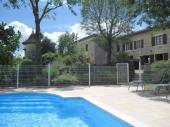Maison de pays en pierre blanche, sur 2 niveaux, mitoyenne avec une piscine commune, cadre verdoyant, calme, dans village fortifié.