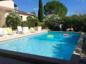 Près d'Uzes confortable maison capacité 8 personnes, piscine et jardin clôturés