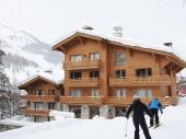 Superbe duplex dans chalet de grand standing au pied des pistes permettant de partir et de revenir skis aux pieds.