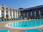 Appartement T2 dans résidence située directement sur la plage de Tréboul-Douarnenez à proximité immédiate du centre de thalassothérapie, à 500 m de l'école de voile, à 800 m du port de plaisance et de tous les commerces.