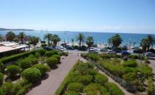 Dans une résidence en bord de mer et à proximité immédiate des commerces et de Port Fréjus, appartement de type F2 au troisième étage avec terrasse vue sur mer, tout confort.