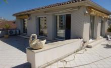 Dans une résidence à 300 mètres des plages, appartement de type 2 pièces climatisé sis au dernier étage, équipé pour 4 personnes.