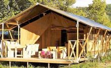 Nouveauté 2019 ! Ces tentes de 27m² aménagées et équipées d'une cuisine et de sanitaires, vous offriront une expérience camping originale et confortable. Un petit goût d'aventure au sein de notre magnifique région.