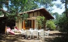 Villa style Landais (1990) sise sur terrain clos , quartier calme et boisé à environ 700 m des plages, et des petits commerces.