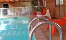 Pour 19 pers, PISCINE INTERIEURE CHAUFFEE (10x3m), sauna, mini-golf, salle cinéma... grande batisse en bois de 450 m2