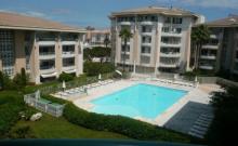 A proximité des commerces et des plages, dans une résidence récente de standing avec piscine, appartement de type 2 pièces d'une superficie d'environ 50 m², exposé sud, avec vue sur piscine