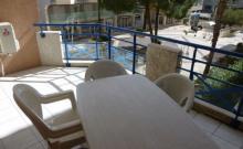 A 2 pas des plages et des commerces, appartement de type 3 pièces à Port Fréjus donnant sur une place.