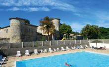 Ce gîte de plain-pied est construit en pierres grises d'Ardèche, il se situe vers la mini-ferme et la piscine. Terrasse de 30 m² exposée sud avec une tonnelle en fer forgé.