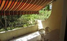 Dans une résidence de standing avec piscine, située à 400 m de la plage. Appartement de type studio en rez-de-jardin, d'une superficie d'environ 28 m².