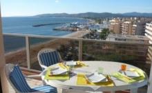 Dans un immeuble de standing face à la mer et aux plages, à proximité des commerces et de Port-Fréjus, beau 2 pièces en double exposition SUD et OUEST avec grande terrasse.