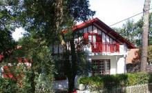 Villa années 1934 (rénovée) sur terrain clos et arboré, entre lac et océan, située à environ 400 m de l'océan et 1200 m du centre-ville.