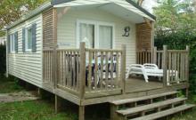 Chalet 1 chambre avec superficie agréable de 24 m² pour 2 personnes maximum avec terrasse couverte, transats et salon de jardin.