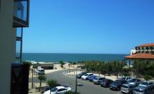 Dans résidence avec piscine, en bordure de plage, agréable appartement T2 avec terrasse offrant vue sur océan.
