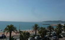 Dans un immeuble face aux plages et à 100 m des commerces, beau 3 pièces avec vue sur mer au deuxième étage.