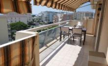 Dans une résidence avec piscine à 8 minutes à pied des plages et des commerces, joli 2 pièces de 45 m² situé au dernier étage, tout confort.