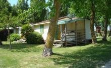Chalet avec terrasse en bois couverte