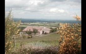 Le gîte, mitoyen de l'habitation des propriétaires, fait partie d'une ancienne ferme datant de 18...