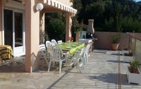 Repas sur la terrasse au bord de la piscine en bas
