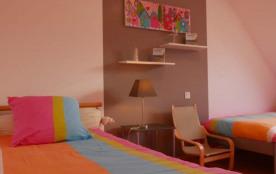 chambre avec 3 lits une personne
