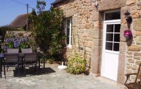 A la pointe du Cotentin, il semble bien au bout du monde ce hameau paisible avec son seul chemin ...