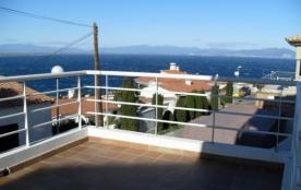 Cette maison offre des vues impressionnantes à la baie de Roses