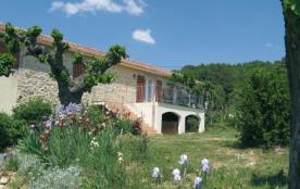 Au cœur du vignoble de la basse Ardèche, 5 gîtes aménagés dans une ancienne ferme.