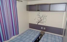 Deuxième chambre avec literie simple