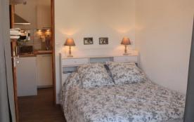 Chambre des parents: grand lit 140+comode