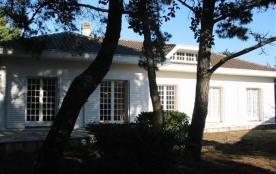 Villa indépendante de plain pied construite sur un jardin clos et boisé de 770 m2 à 150 m des pla...