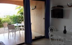 Salon et accès terrasse