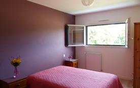 chambre à l'étage avec un lit de bébé