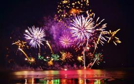 feu d'artifice sur le lac des montagnès