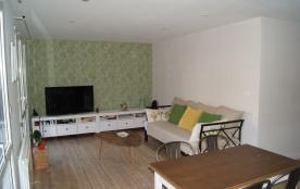Le salon est spacieux et lumineux grâce à de grandes baies vitrées donnant su...