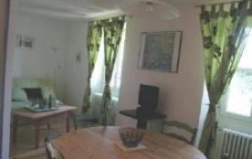 Jolie maison de caractère située sur un beau terrain arboré et clos, à proximité du lac Saint-Poi...