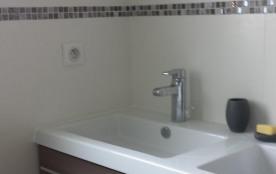 La salle de bain dispose d'une  fenêtre donnant sur le jardin