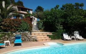 Villa avec piscine chauffée. Vue sur le village et une oliveraie