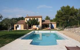 Villa Garrigue est une grande maison de vacances dans le style provençal située au calme sur un terrain de 5000m², da...