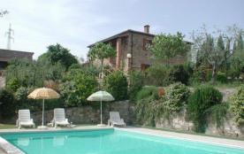Splendide maison du pays divisée en deux appartements très bien restaurés, qui gardent intactes l...