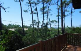 Villa vue océan sise sur terrain pentu et boise a 300 m environ de l'océan et du lac marin.