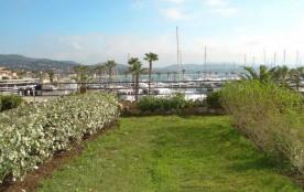 Très bel appartement T3 entièrement climatisé situé sur le port de Cavalaire avec une vue imprena...