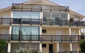 Dans une résidence à 200 m de la plage centrale, joli appartement rénové au deuxième étage, sans ...